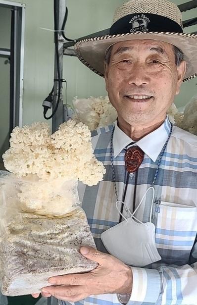 ▲사회적 협동조합 자원과 순환 이만재 대표 이사가 커피찌꺼기인 커피박으로 키운 꽃송이버섯을 들고 기념촬영하고 있다.